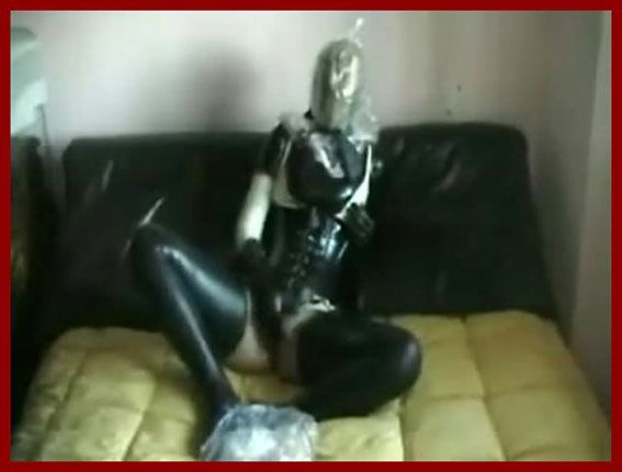 amateur breatnply lady in latex which masturbates pussy