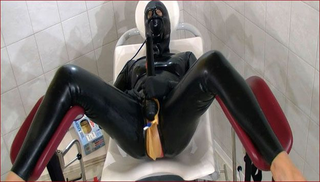 Spekula - Woman masturbating in rubber cum mask [FULL HD 1080p]
