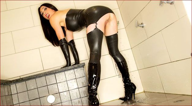 Miss Hybrid - Milf latex in the shower [JPEG 1600x1067]