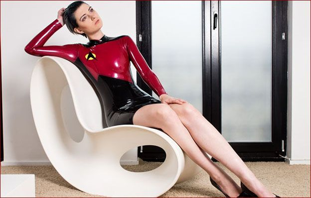 Sara Scarlet - Short hair brunette in latex [JPEG 1800x1200]