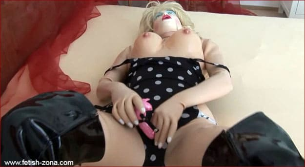 Doll masturbating her vagina [HD 720p / Dollrotic]
