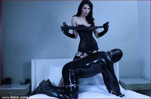 Chicago Domina Yvette, Latex, & Leather [JPEG 700x1075]