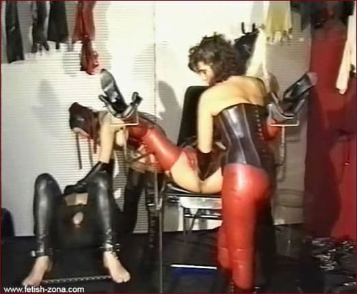 Super deep fisting from rubber lady [WMV 576p]