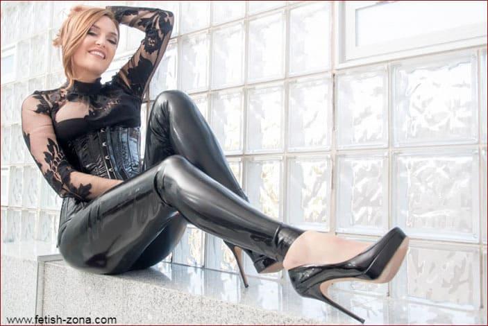 Dominatrix Estelle Sinclair in latex and black sexy lingerie - JPEG 679x1024