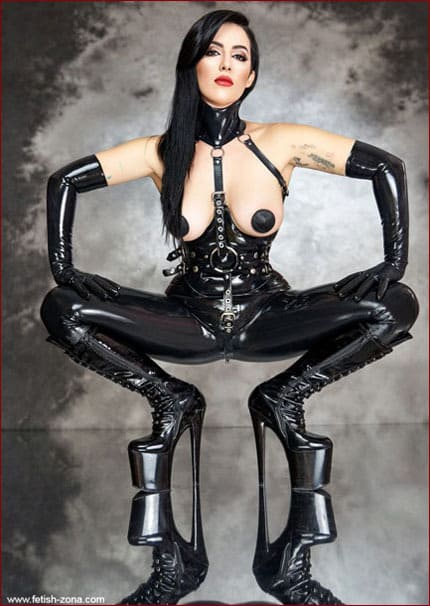 Dominatrix Mistress Amandara in latex - JPEG 1707x2560