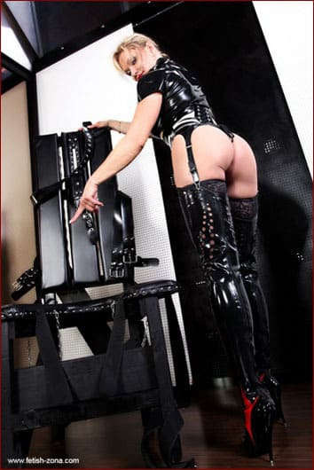 Lady Cynthia - Dominatrix woman on latex pictures with slaves - JPEG 700x1050